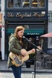唱歌在草市场,在布鲁塞尔大广场附近的集市正方形上的街道执行者在布鲁塞尔,比利时 免版税库存照片
