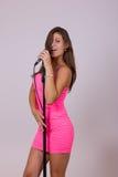 唱歌在话筒的性感的俏丽的妇女 免版税库存照片