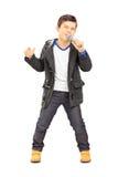 唱歌在话筒的男孩的全长画象 免版税图库摄影