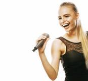 唱歌在话筒的年轻人相当白肤金发的妇女隔绝了得紧密  免版税库存图片