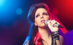 唱歌在阶段的流行音乐明星 库存照片