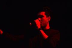 唱歌在阶段的艺术家 免版税库存图片