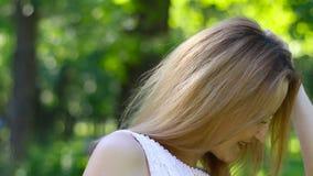 唱歌在绿色公园的可爱的女孩画象 影视素材
