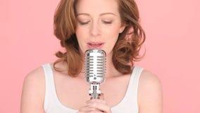 唱歌对话筒的妇女 影视素材