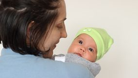 唱歌对婴孩的母亲 影视素材