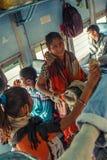 唱歌曲和演奏乘客的印度- 12月2012未认出的妇女音乐家执行者鼓在印地安人里面 免版税库存照片