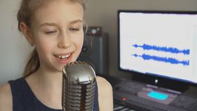 唱歌曲的小女孩 影视素材