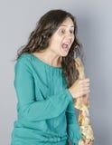 唱歌用腿火腿的疯狂的妇女完成 使傻 库存照片