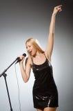唱歌的妇女 免版税库存图片