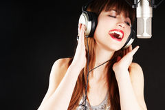 唱歌的快乐的女孩话筒 库存照片