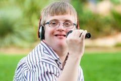 唱歌的有残障的男孩 免版税库存图片