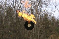 唱片烧在沥青的明亮的橙色火焰 图库摄影