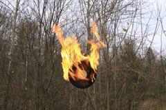 唱片烧在沥青的明亮的橙色火焰 免版税库存图片