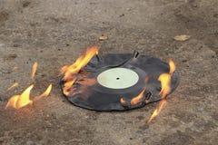 唱片烧在沥青的明亮的橙色火焰 免版税图库摄影