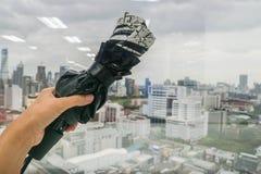 唾手可得妇女的举行和保护的折叠伞免受在雨季的流感 库存照片