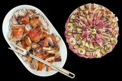 唾液烤猪肉肩膀切片和在黑背景隔绝的塞尔维亚开胃菜美味盘Ful  图库摄影