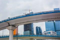商业中心和汽车桥梁在市中心 库存照片