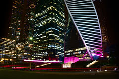 商业中心摩天大楼照片在夜 免版税库存照片