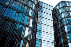 商业中心的高楼与全景Windows的 街市 库存图片