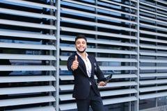 商业中心立场微笑的阿拉伯人 库存图片