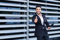 商业中心立场微笑的阿拉伯人 免版税库存照片