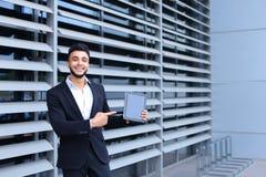 商业中心立场微笑的阿拉伯人 免版税库存图片