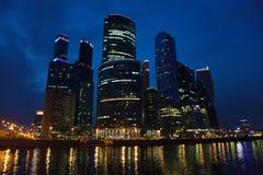 商业中心莫斯科城市在晚上打开 种族分界线晚上摄影 免版税库存图片