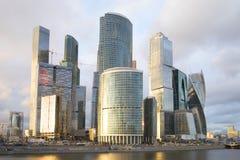 商业中心莫斯科城市多云4月晚上 免版税库存照片