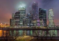商业中心莫斯科市在雾的晚上 库存图片