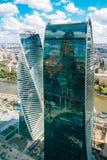 商业中心莫斯科市的两个大厦 俄国 免版税库存图片