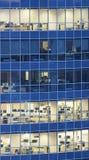 商业中心透明玻璃墙与办公室的 免版税库存图片