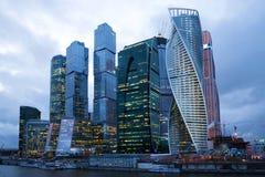 商业中心`莫斯科城市`在云彩4月微明下 免版税库存照片
