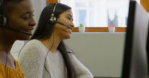 商业主管与在书桌4k上的耳机一起使用 股票视频