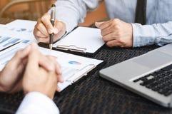 商业主管谈论关于销售业绩在一个现代室外工作场所 免版税库存图片