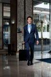 商业主管进入的旅馆大厅 库存图片