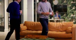 商业主管食用在沙发的咖啡在办公室4k 影视素材