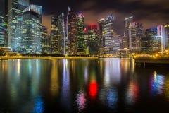 商业区小游艇船坞看法在晚上,新加坡咆哮 旅行 免版税库存图片
