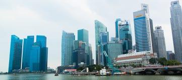 商业区新加坡地平线和小游艇船坞咆哮 免版税图库摄影