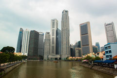 商业区新加坡地平线和小游艇船坞咆哮 库存图片