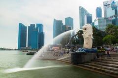 商业区新加坡地平线和小游艇船坞咆哮 免版税库存图片