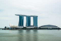 商业区新加坡地平线和小游艇船坞咆哮 免版税库存照片