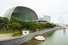 商业区新加坡地平线和小游艇船坞咆哮 库存照片