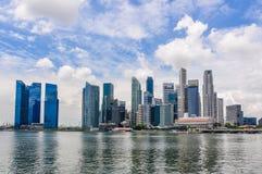 商业区的摩天大楼在小游艇船坞咆哮,新加坡 库存图片