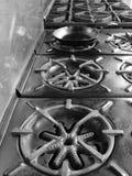商业厨房平底锅火炉顶层 库存图片