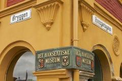 商业同业公会的博物馆入口的外部标志在卑尔根,挪威 免版税库存图片