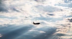 商业喷气机剪影到日落里 免版税库存照片