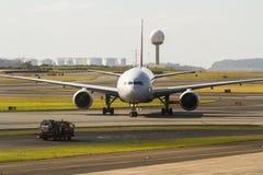 商业喷气机班机正面图  免版税库存图片