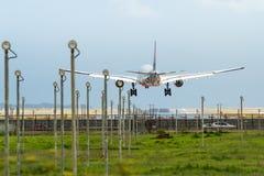 商业喷气机班机着陆在机场 免版税库存照片