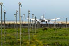 商业喷气机班机着陆在机场 图库摄影