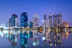 商业大厦在曼谷微明下 库存图片